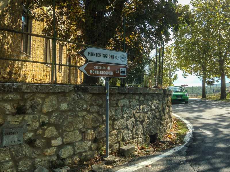 Sign pointing the way to Monteriggioni